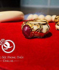 Nhẫn 2 ngựa vàng 18K đính Sapphire đỏ