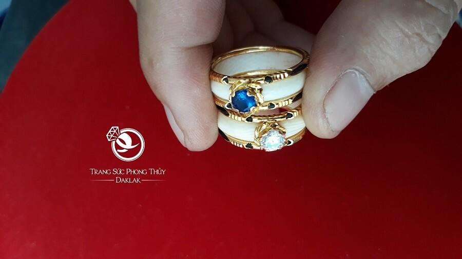Nhẫn nữ vàng 18K dính đá nhân tạo màu hợp MỆNH (lông FAKE) đẹp