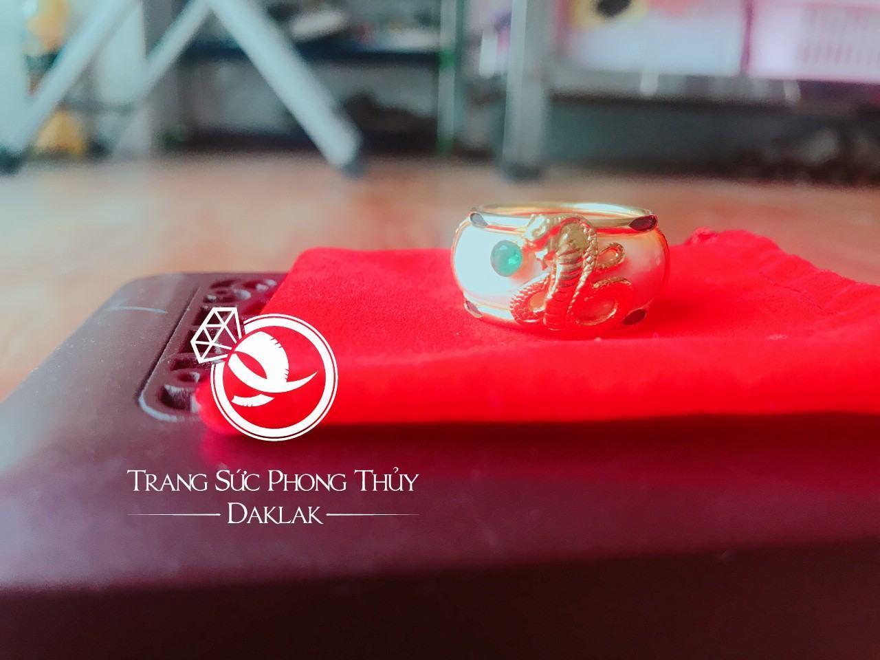 Nhẫn rắn phong thủy hạt xanh lục đẹp
