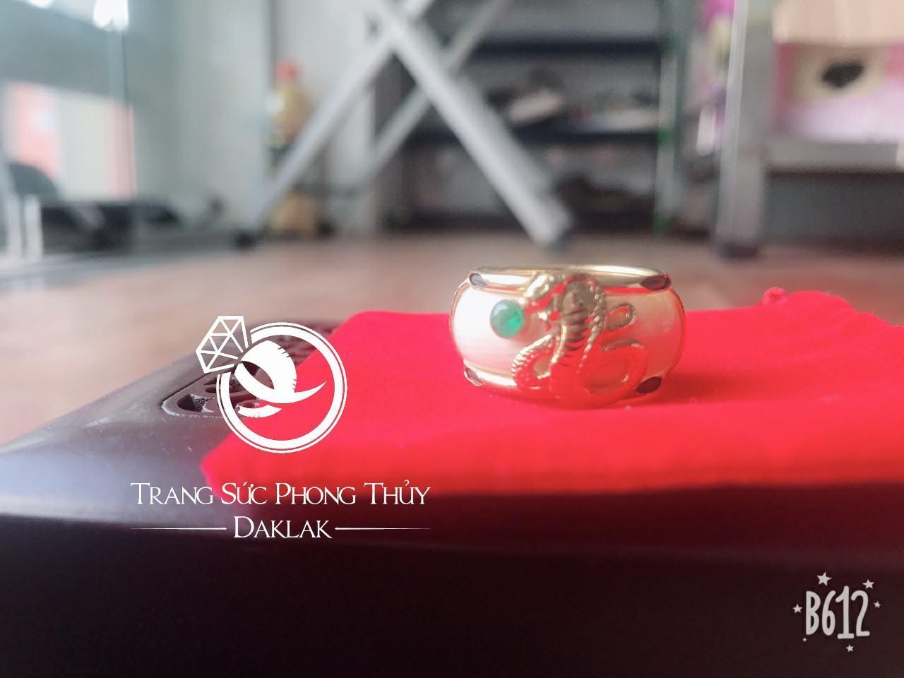 Nhẫn rắn phong thủy hạt xanh lục hot
