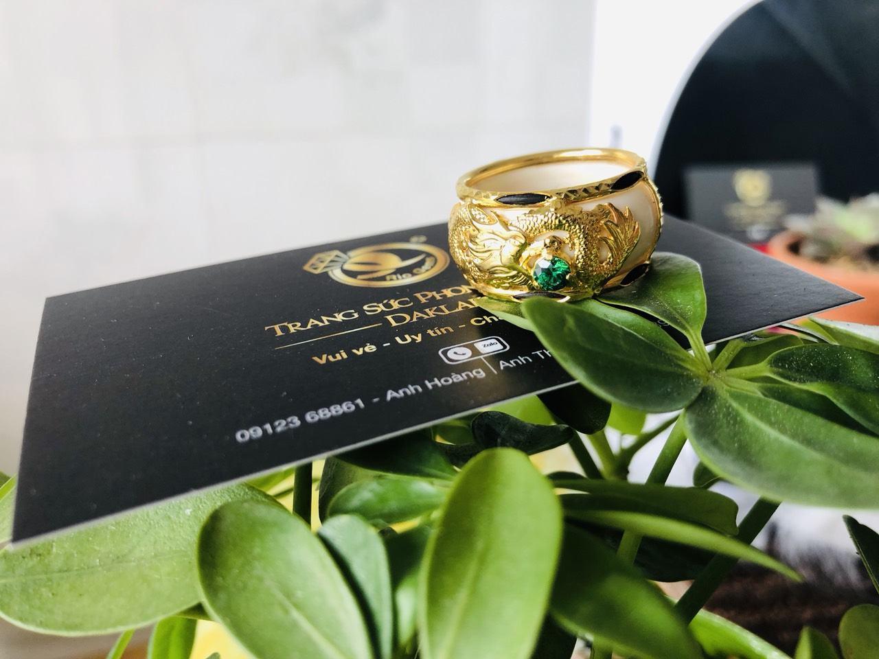 Nhẫn phong thủy uy tín rồng ngậm hạt xanh lá đẹp