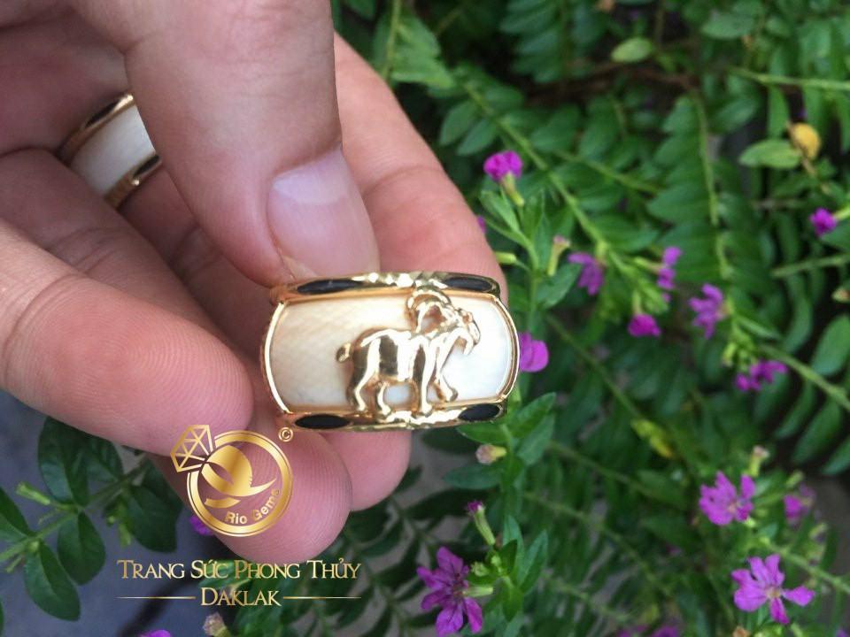 Nhẫn phong thủy tuổi Mùi – Nhẫn Dê vàng 18K (nhẫn trắng FAKE) chiêu tài