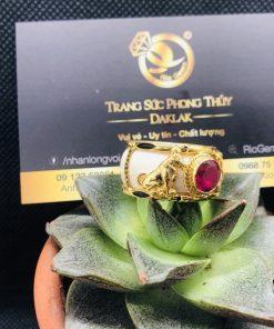 Nhẫn chó vàng bọc nhẫn ngọc đính đá Cz đỏ cực chất