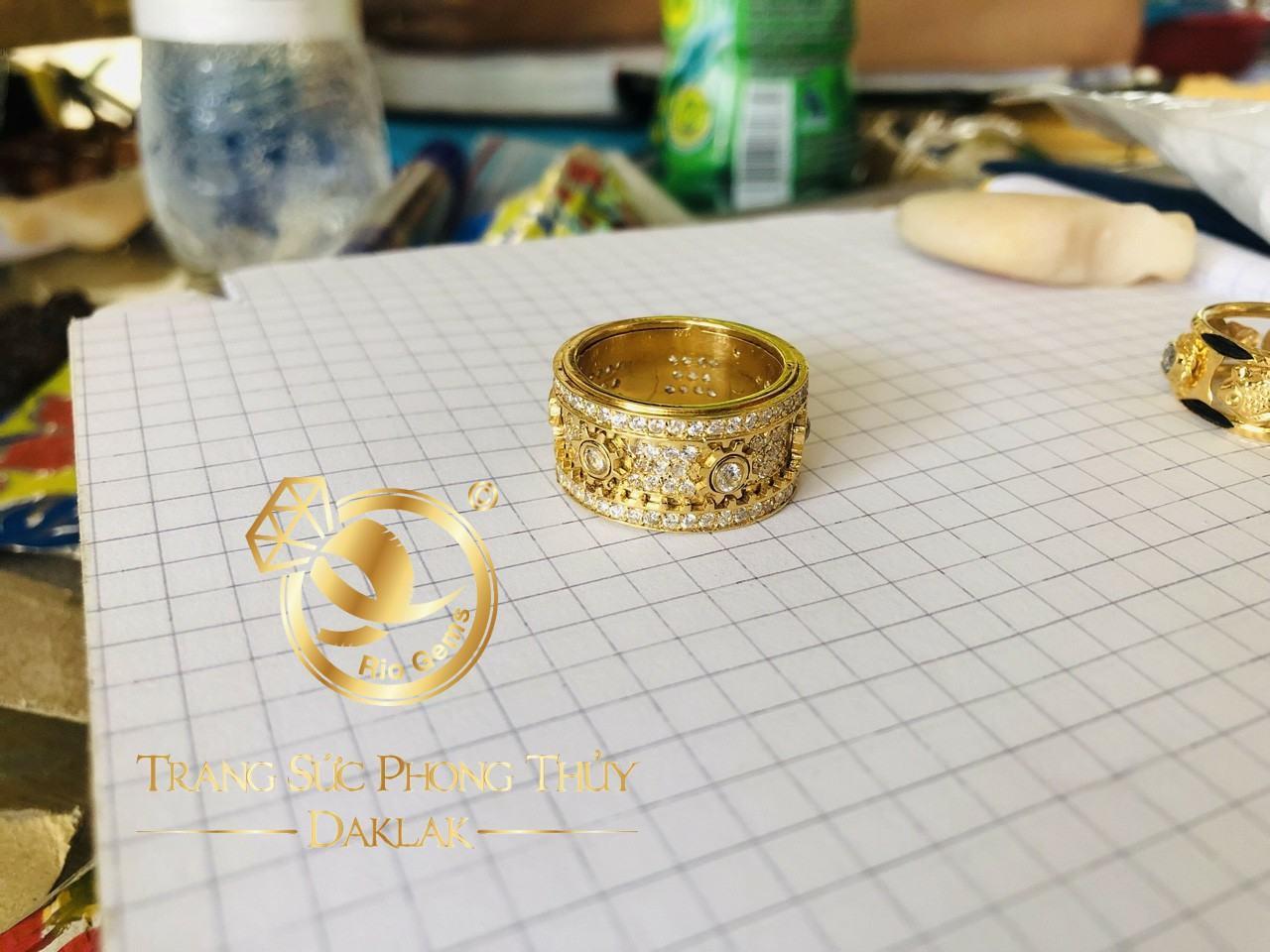 Nhẫn Bánh Răng Xoay vàng hồng 18K giá trị