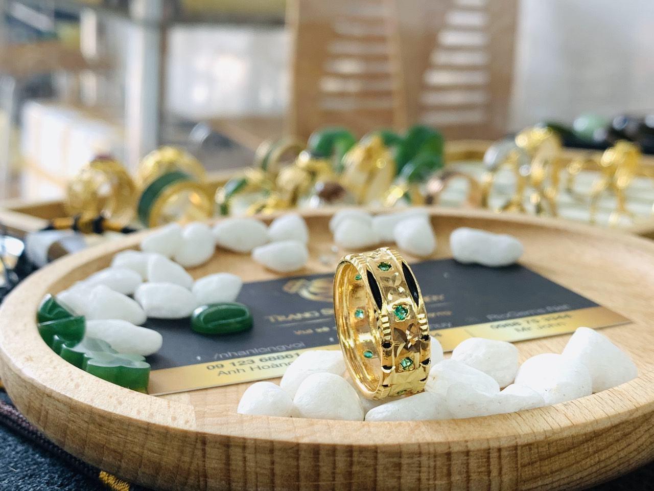 Nhẫn nam đính 9 viên đá xanh lá 2 viền lông voi vàng phong thủy Riogems