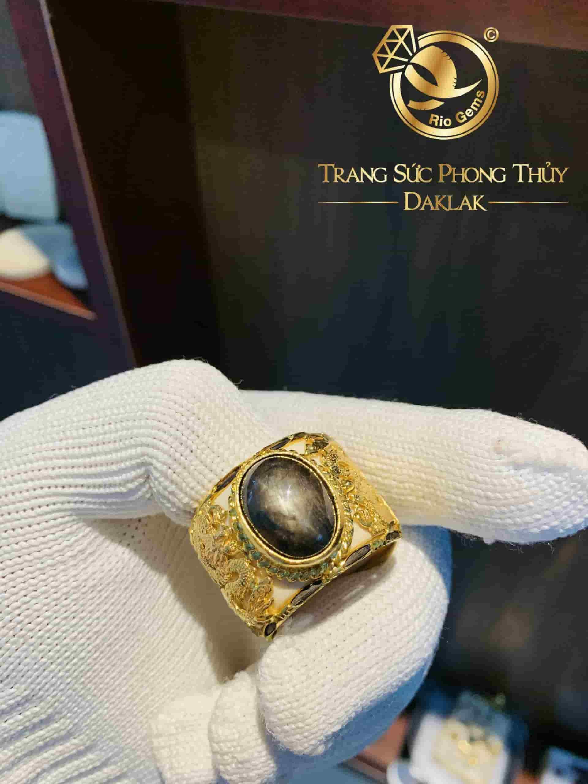 Nhẫn Càn Long 2 rồng vàng cuộn đứng Sapphire đen phong thủy mệnh Mộc