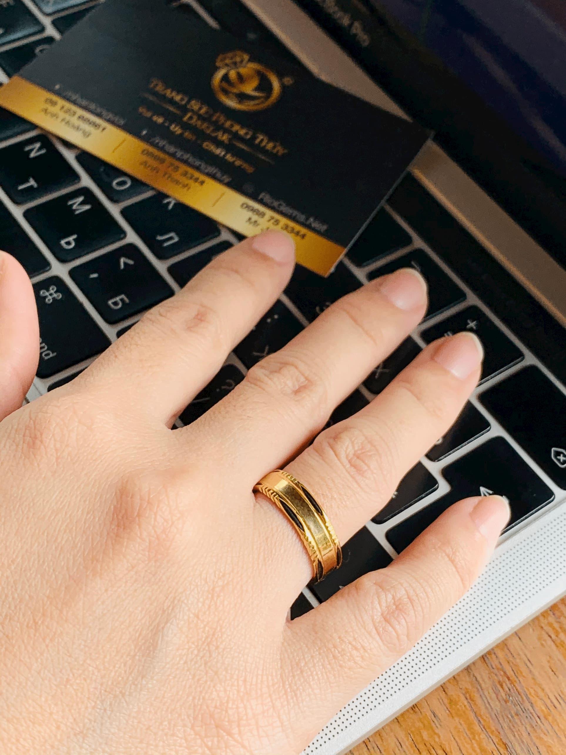 nữ mệnh mộc đeo nhẫn ngón nào