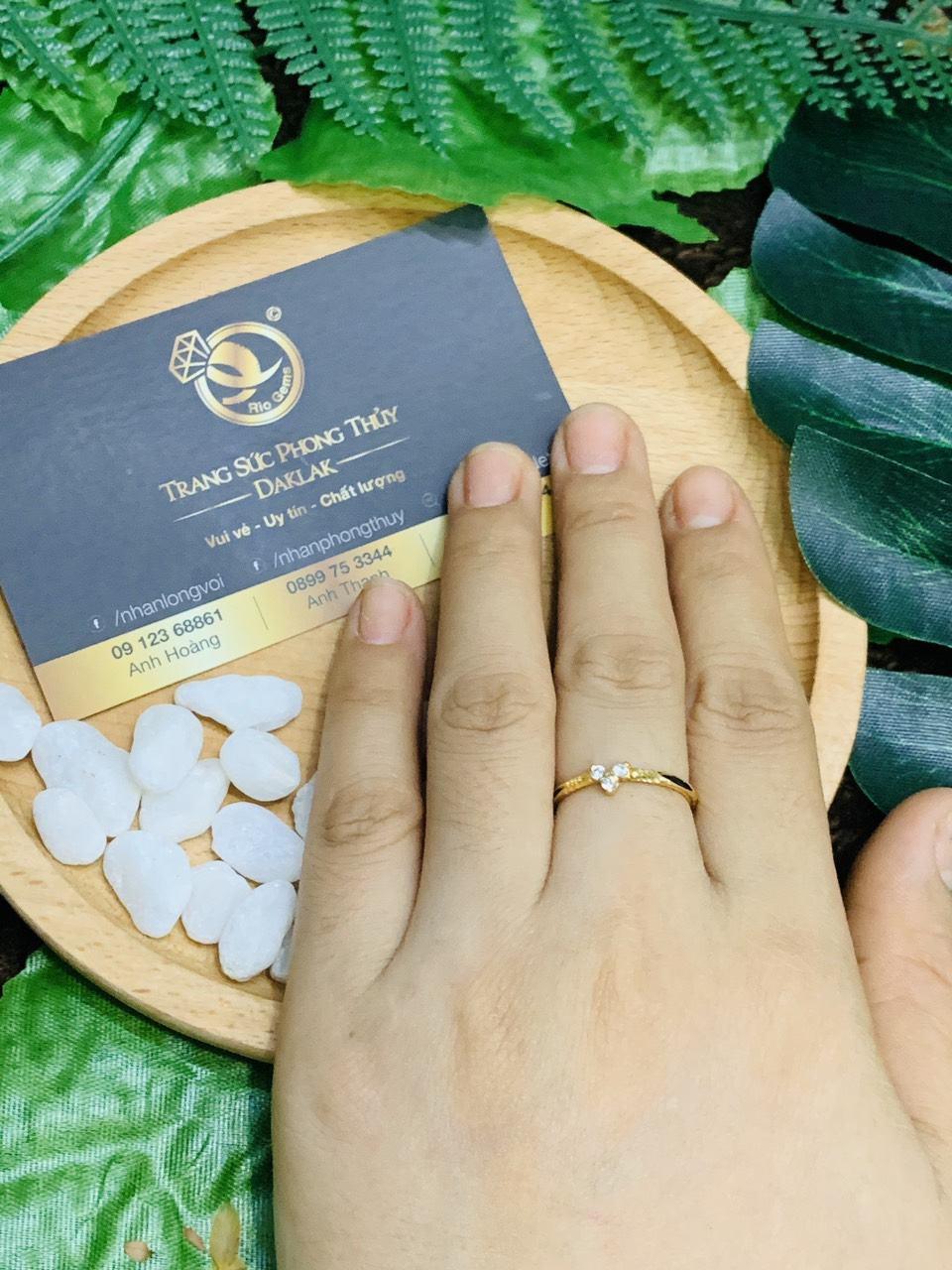 Nhẫn phong thủy mệnh Kim cho nữ đính đá tấm trắng