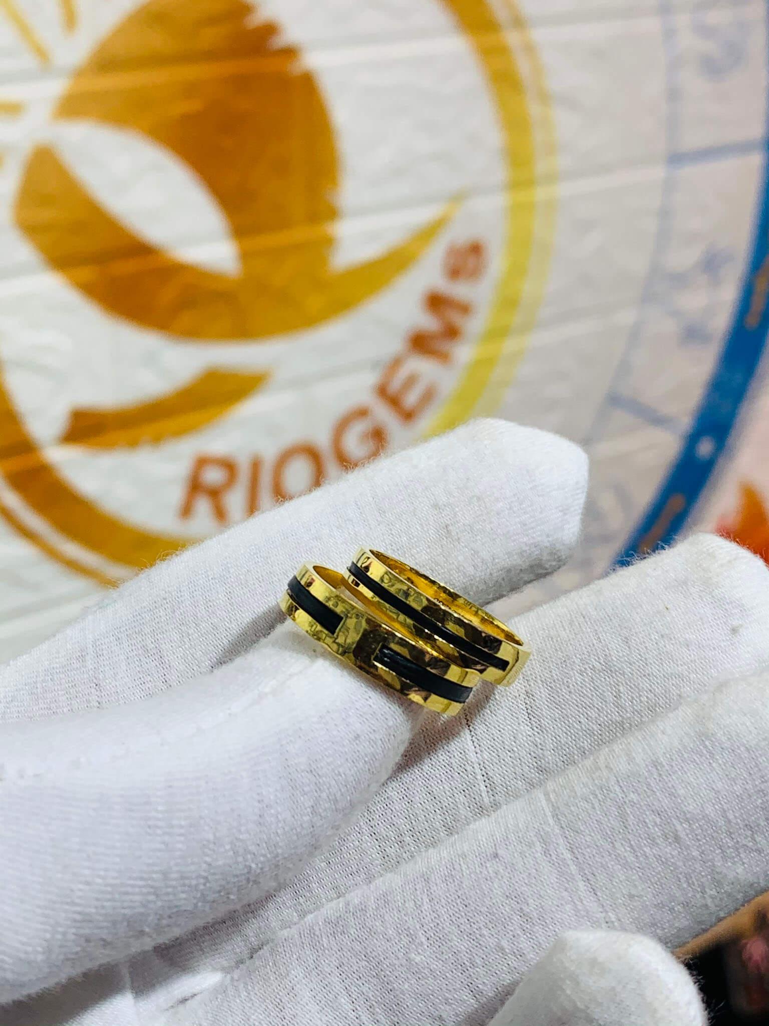 Cặp nhẫn vàng vuông đơn giản làm tay luồng 1 lông cho các cặp đôi