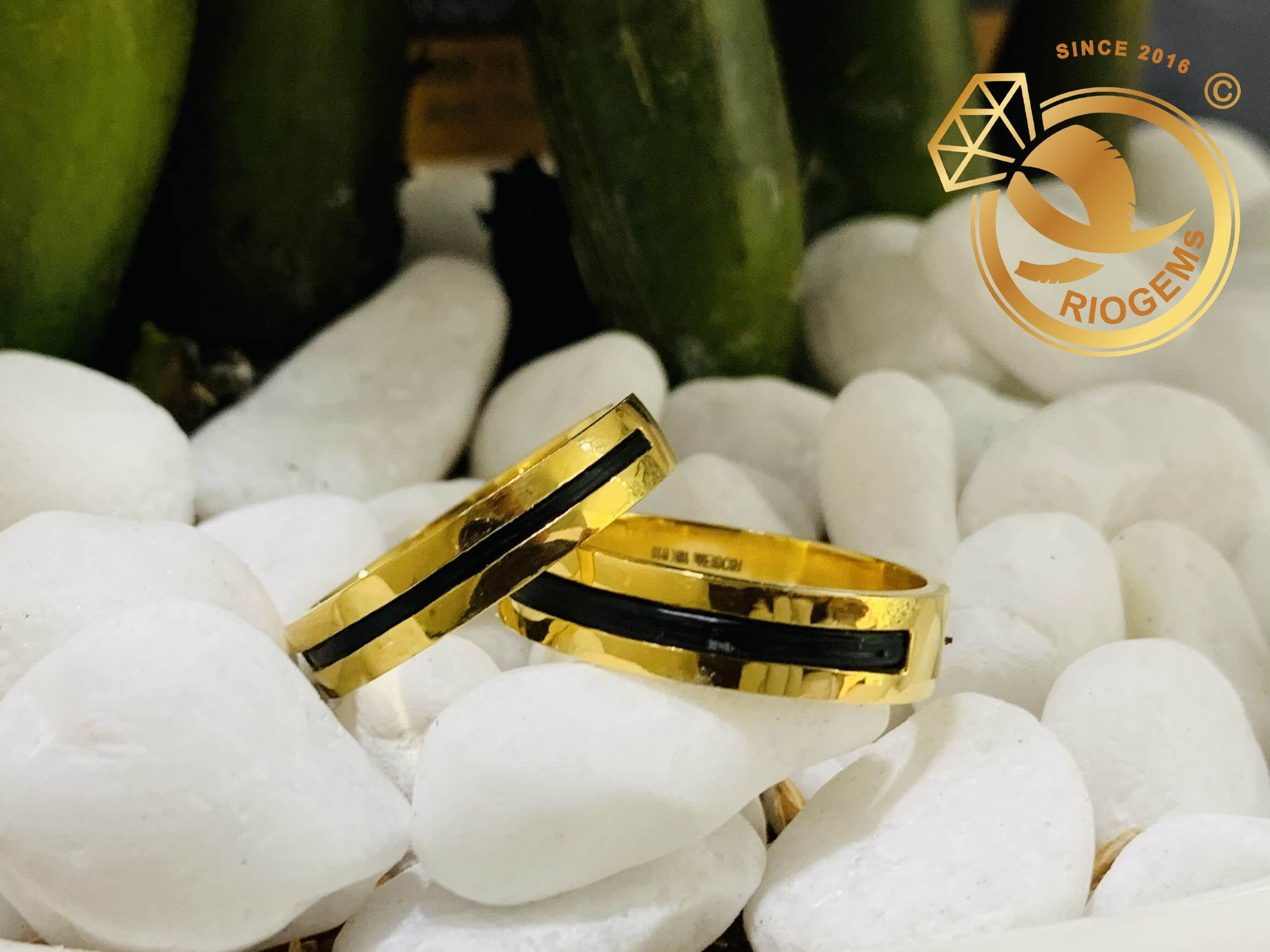 Cặp nhẫn vàng vuông đơn giản làm tay luồng 1 lông may mắn