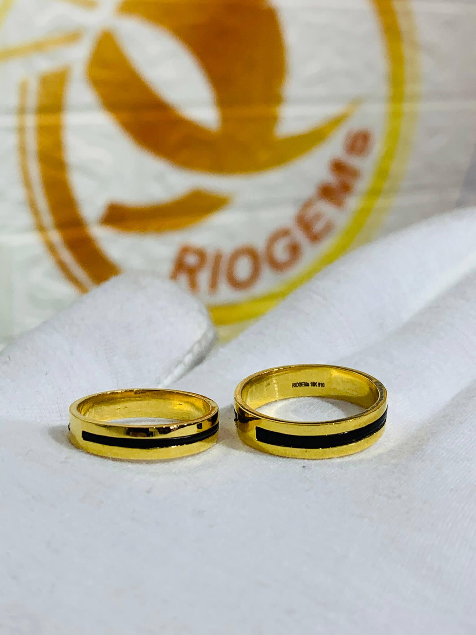 Cặp nhẫn vàng vuông đơn giản làm tay luồng 1 lông thành công