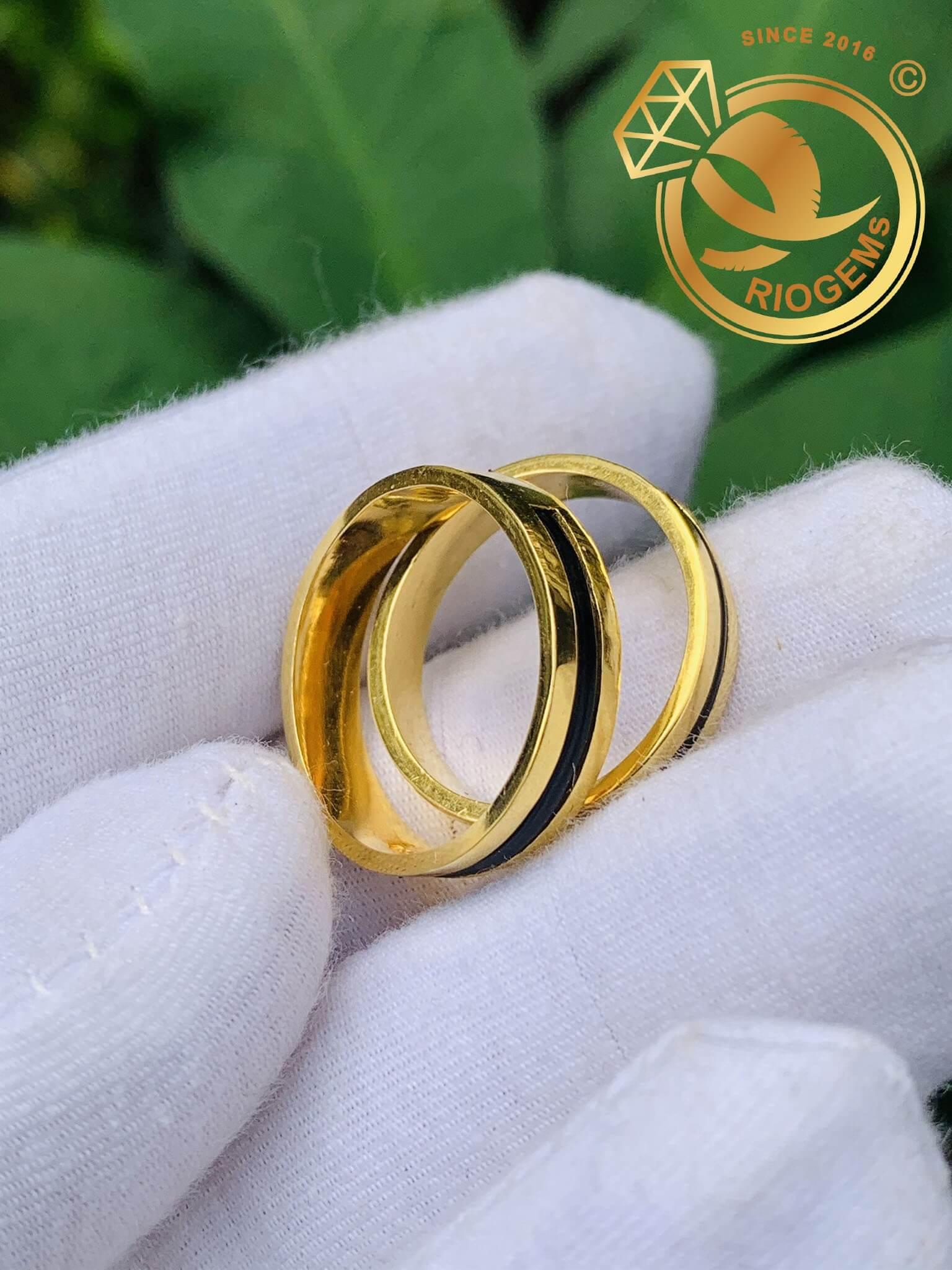 Cặp nhẫn vàng vuông đơn giản làm tay luồng 1 lông được nhiều cặp đôi chọn lựa