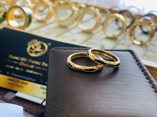 cặp nhẫn lông voi 1 sợi ống vàng 2 li được thiết kế tinh tế và đẹp mắt