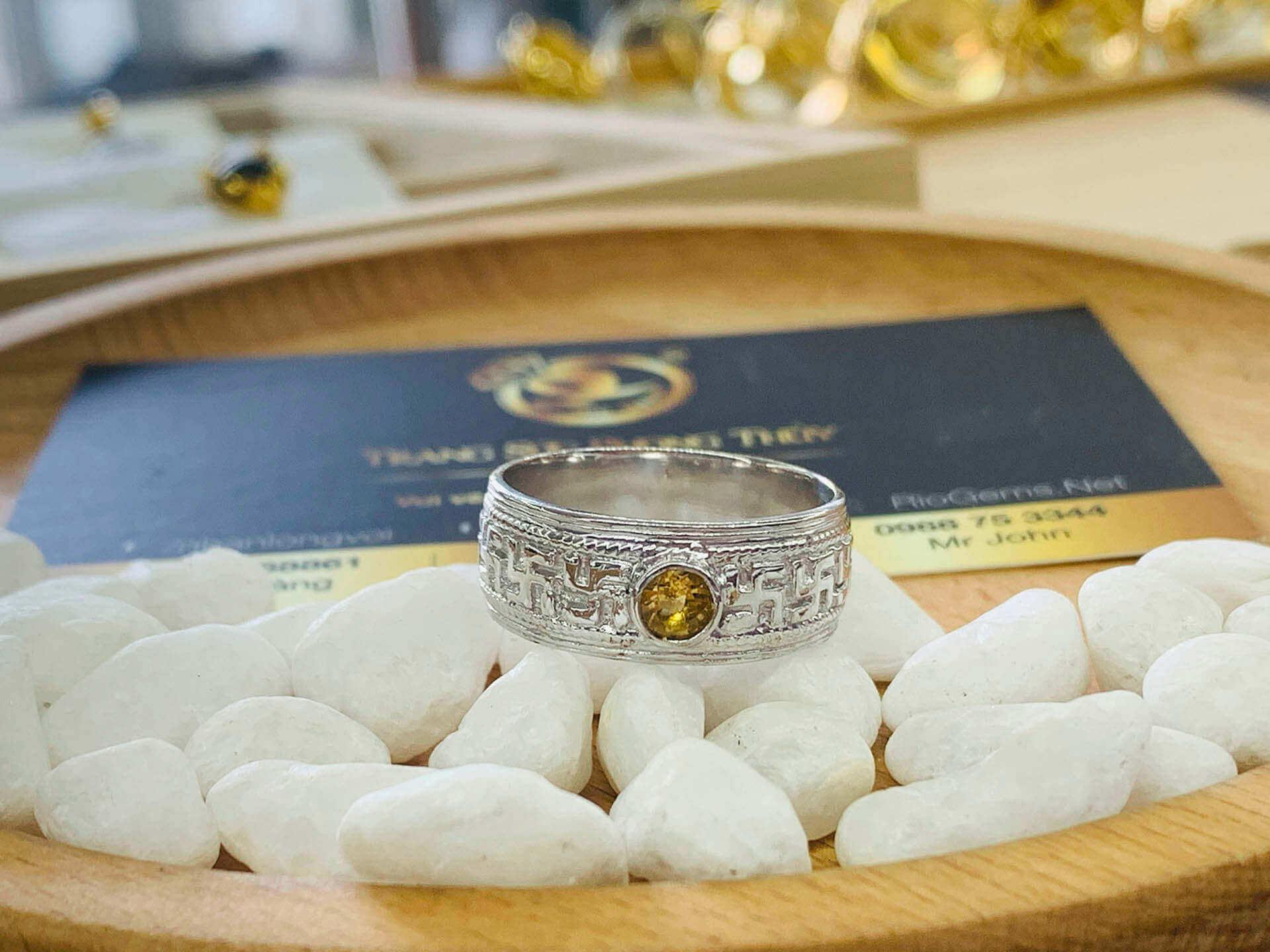 NHẪN chữ Vạn NỔI vàng trắng 18K đính Citrine mang nét đặc trưng của Riogems