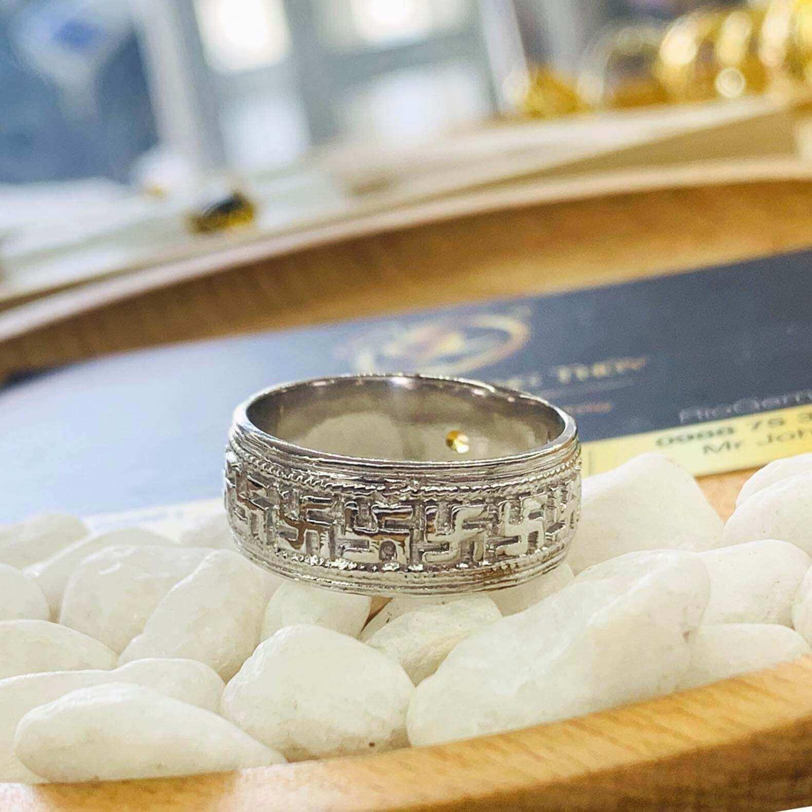 NHẪN chữ Vạn NỔI vàng trắng 18K đính Citrine mang thương hiệu Riogems