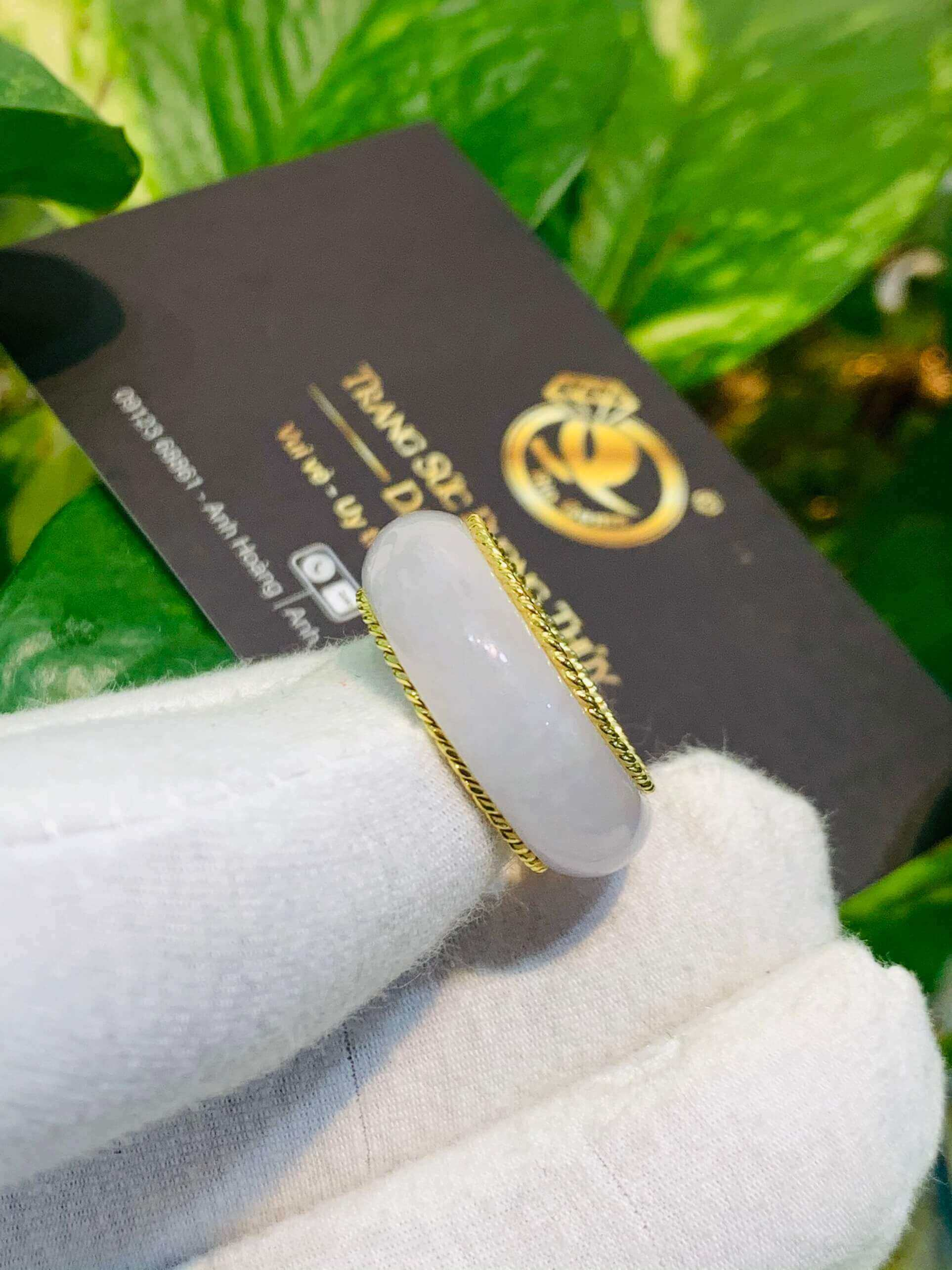 Nhẫn Bạch Ngọc bọc vàng xoắn kép biểu tượng của may mắn