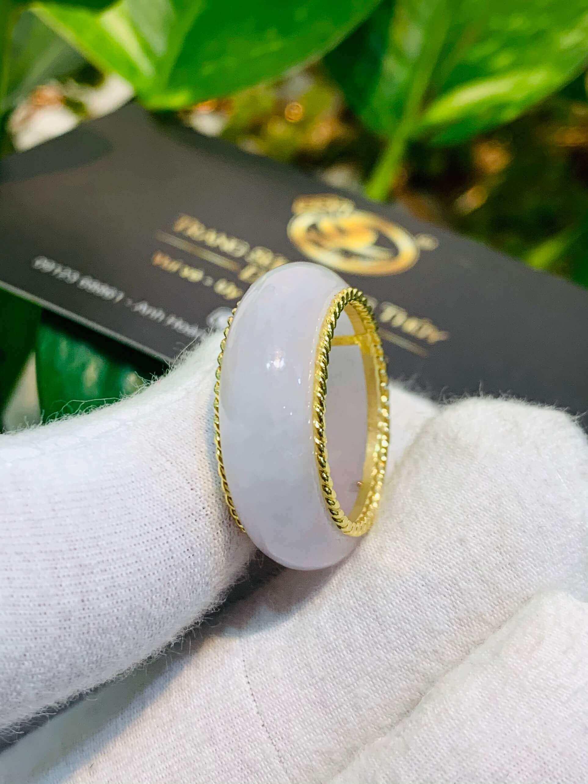 Nhẫn Bạch Ngọc bọc vàng xoắn kép là món trang sức không thể thiếu