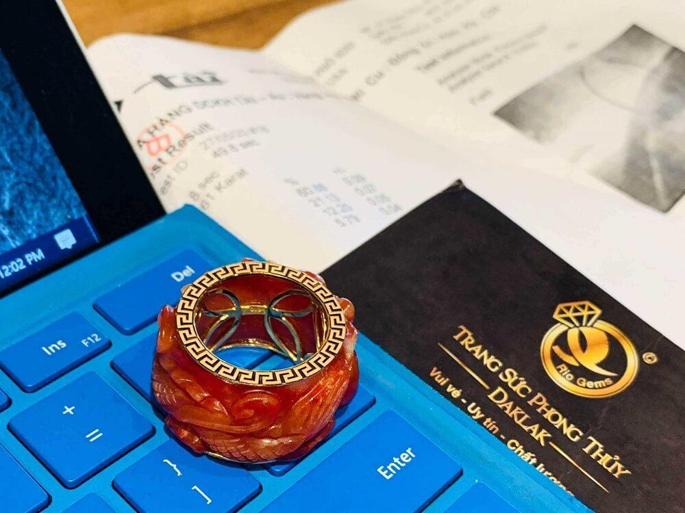 Nhẫn Cẩm Thạch Huyết chạm Rồng bảng 20mm bọc vàng 18K đẹp mắt