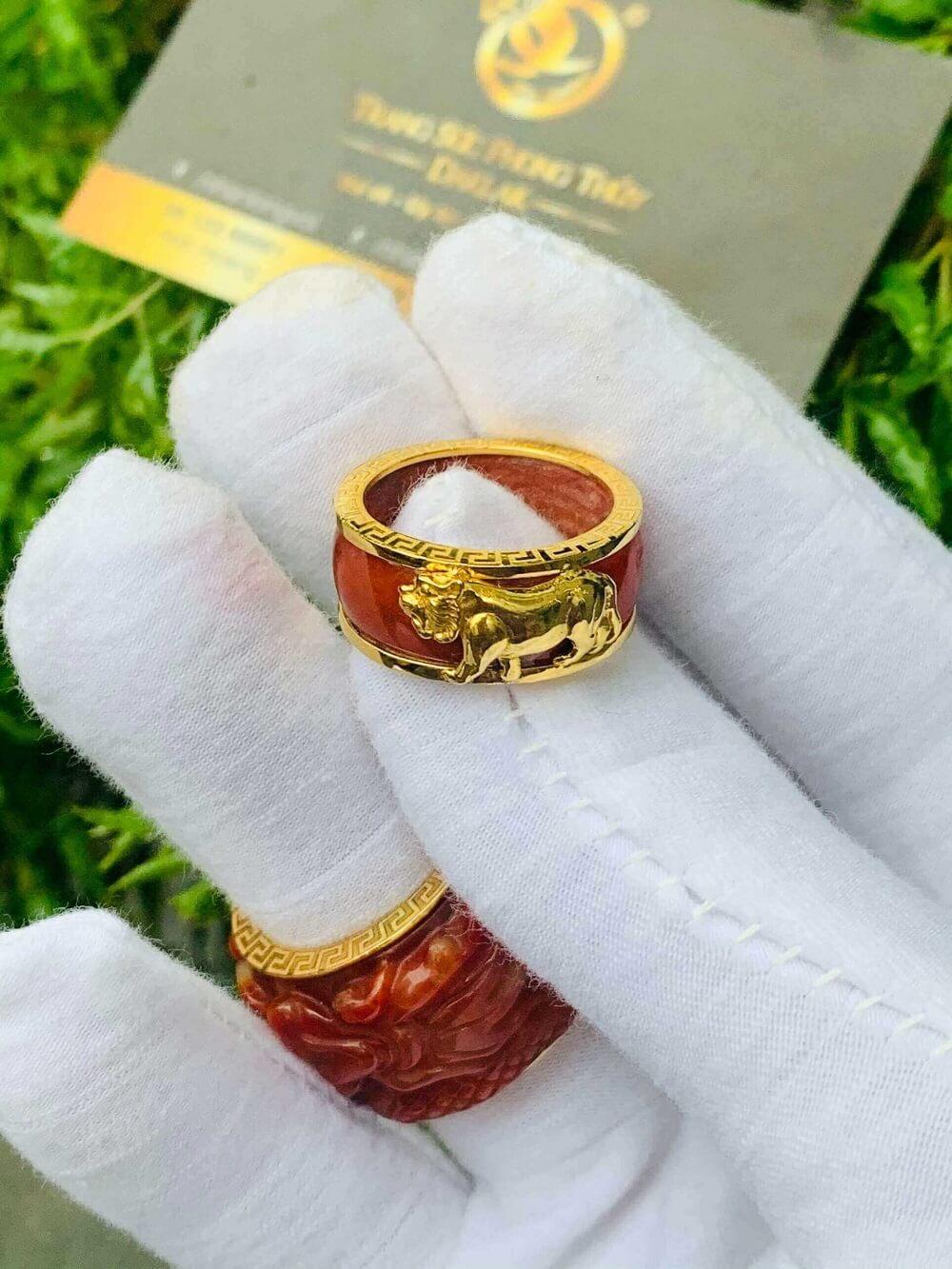 Nhẫn Cẩm Thạch Huyết bọc RỒNG CỌP vàng 18K gia công đẹp