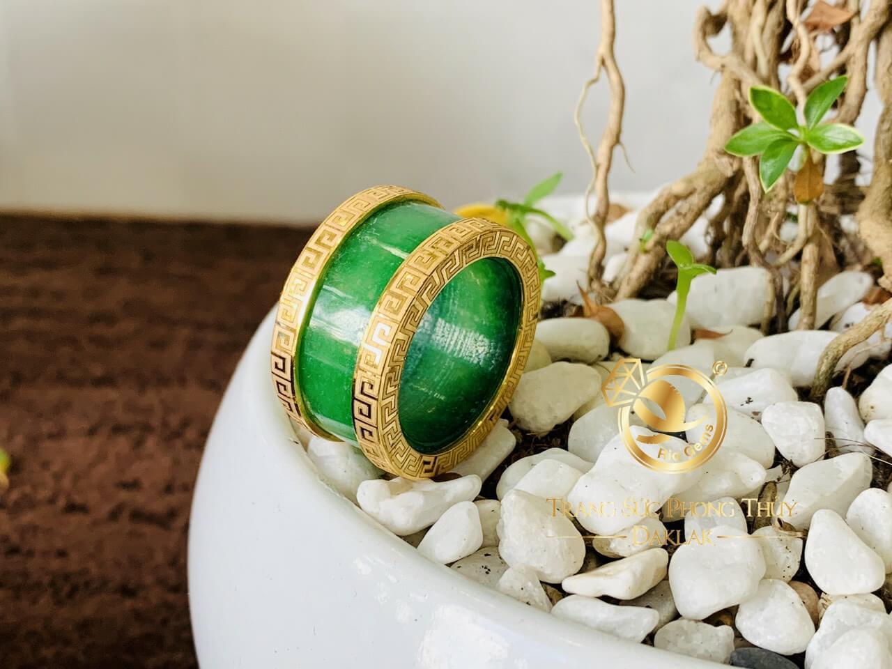 Nhẫn Cẩm Thạch xanh 4 viền hoa văn có thiết kế độc đáo
