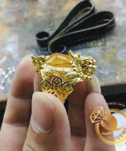 Nhẫn Long Quy Thạch Anh Tóc Vàng Mini được thiết kế vừa ni tay nam và nữ