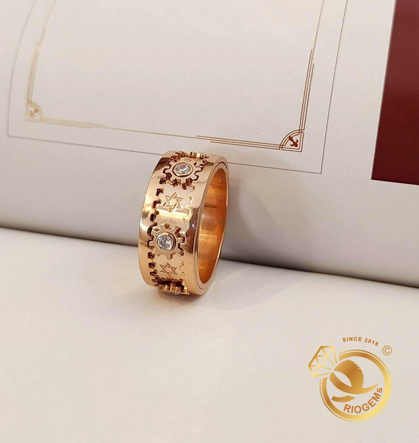 Nhẫn bánh răng xoay vàng Hồng đính đá phù hợp cho dân kinh doanh