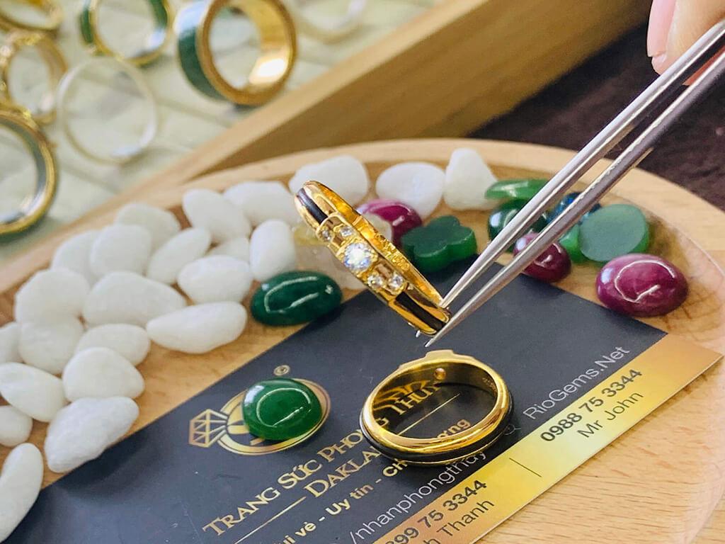 Nhẫn cặp đính 5 viên kim cương sang trọng và quý giá