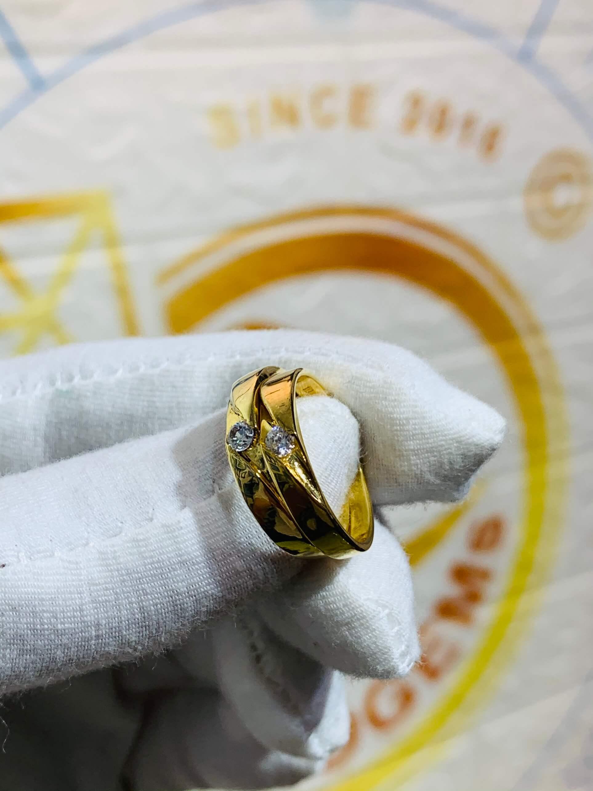 Nhẫn cưới nửa trái tim vàng 18K khắc tên