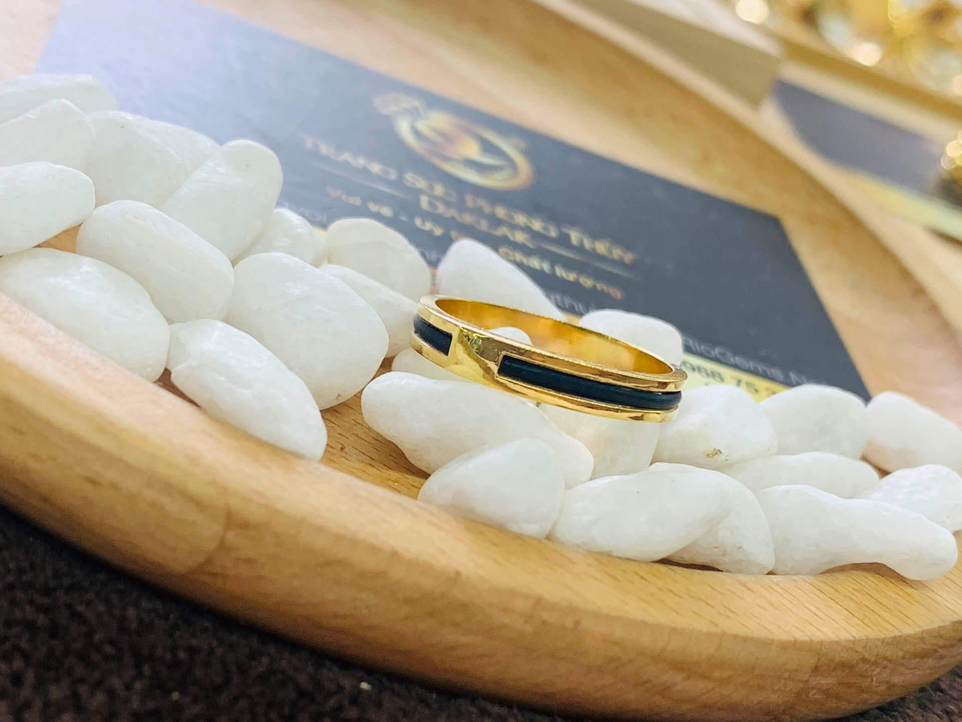 Nhẫn nữ vàng đeo ngón trỏ luồng 1 sợi lông voi thiết kế lạ lẫm