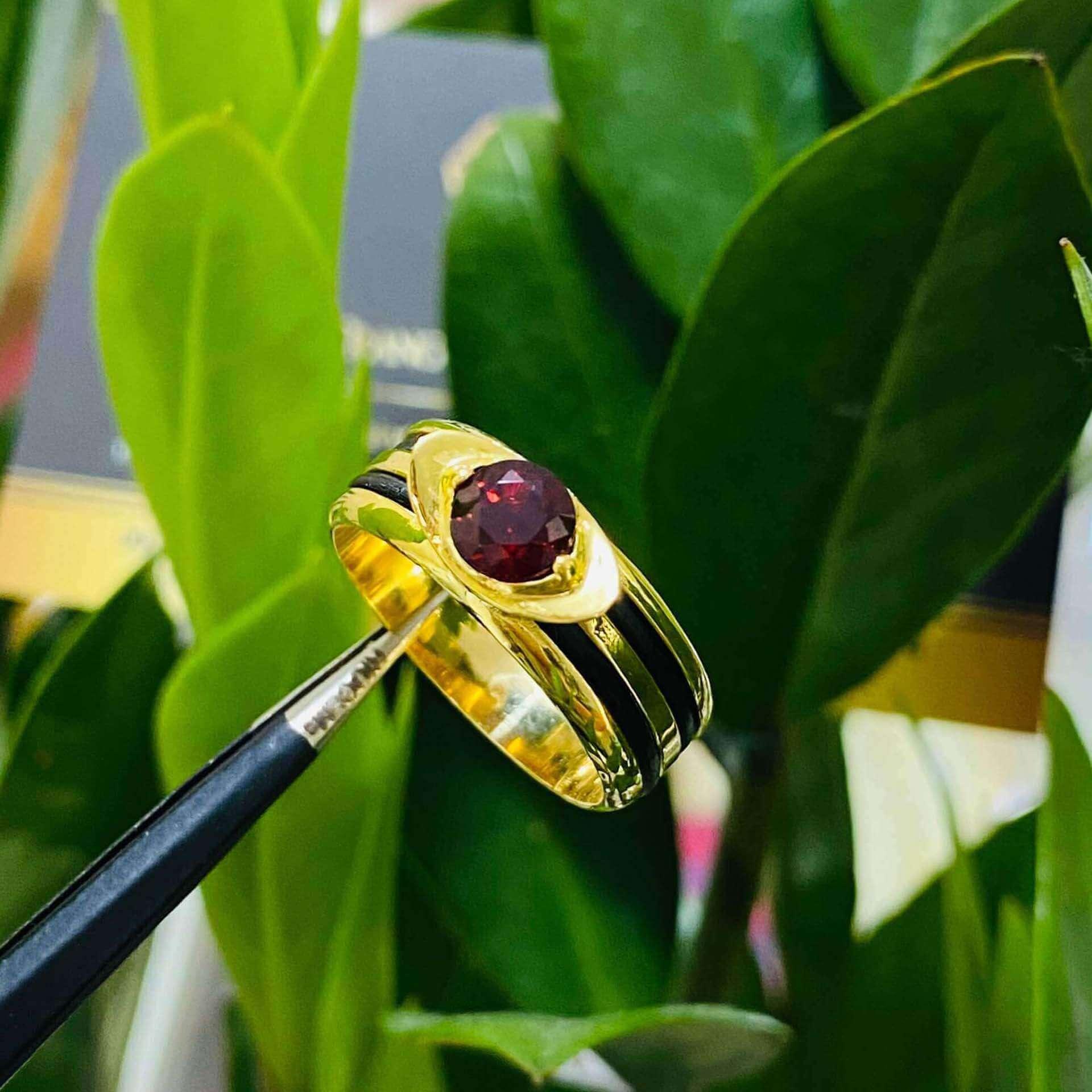 Nhẫn thỏi vàng mặt đá Garnet luồng 2 sợi lông voi phong thủy