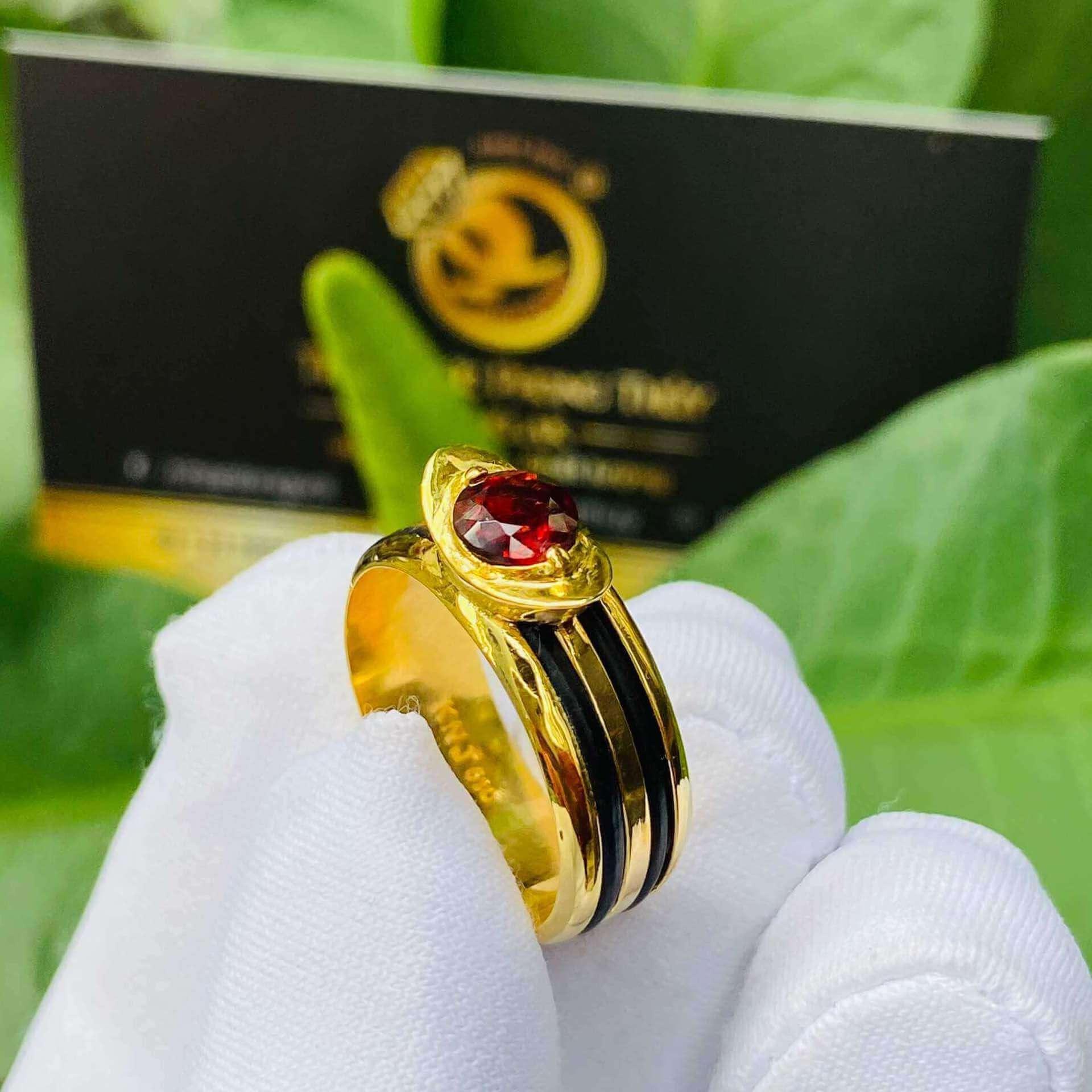 Nhẫn thỏi vàng mặt đá Garnet luồng 2 sợi lông voi thiết kế lạ mắt
