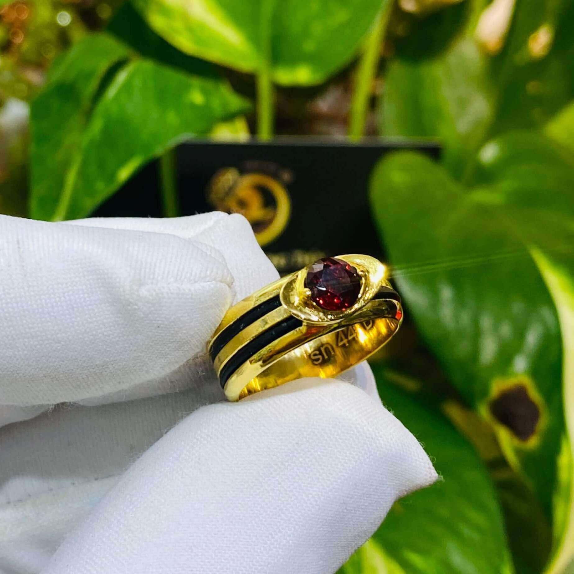 Nhẫn thỏi vàng mặt đá Garnet luồng 2 sợi lông voi gia công kỹ lưỡng