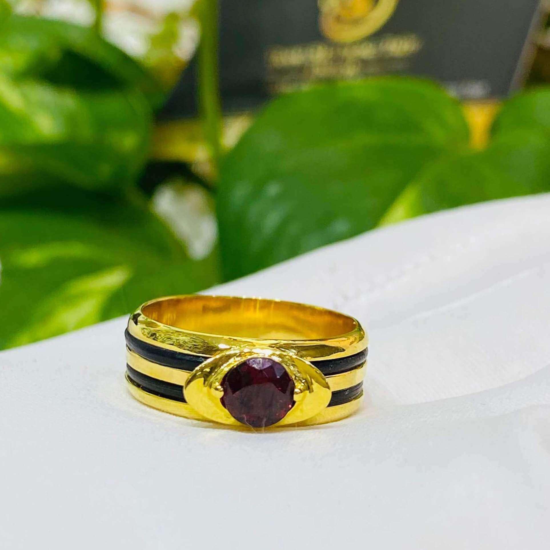Nhẫn thỏi vàng mặt đá Garnet luồng 2 sợi lông voi thiết kế đặc sắc