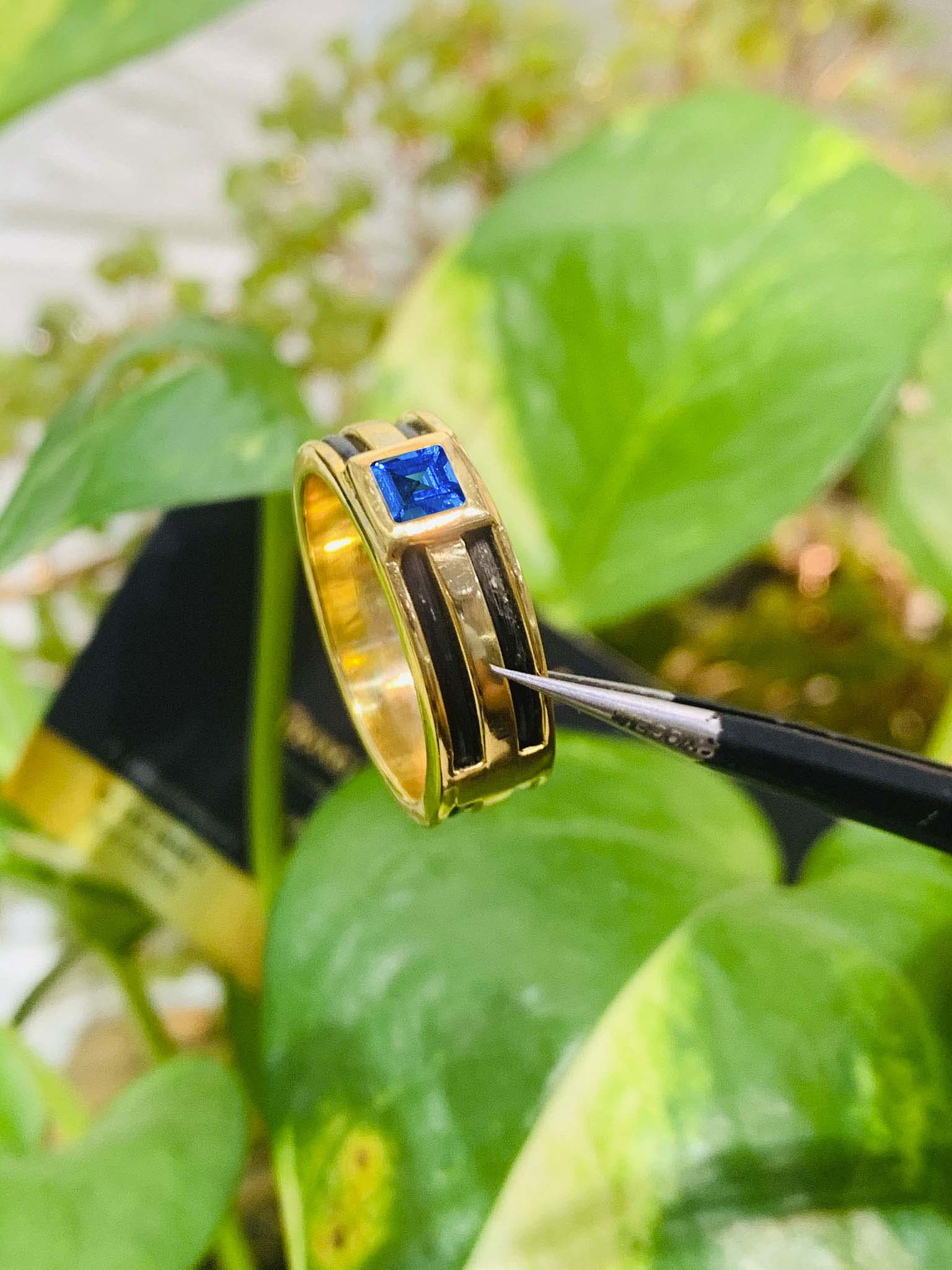 Nhẫn vàng nam mặt đá Topaz vuông xanh dương luồng 2 lông voi phong thủy