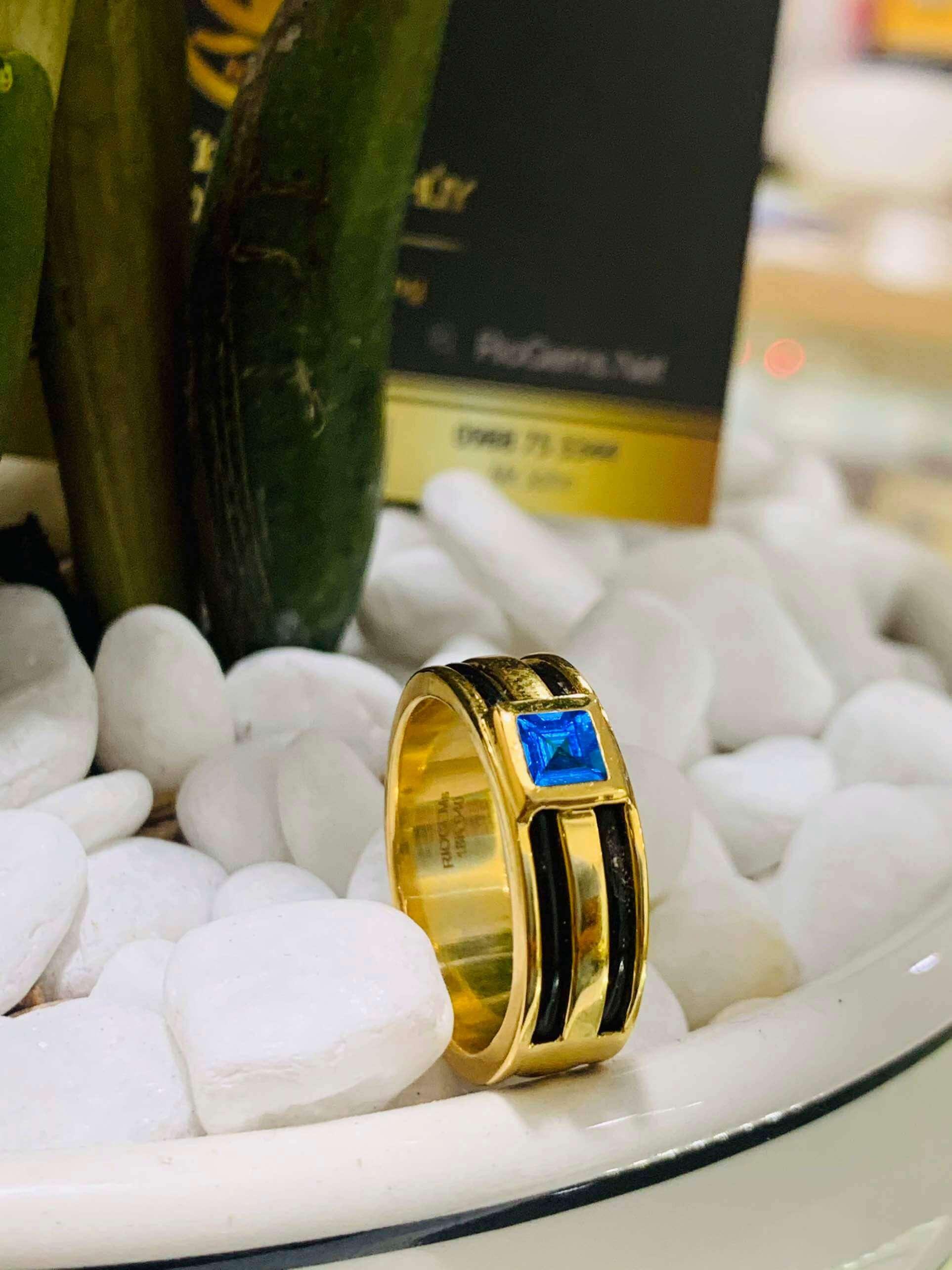 Nhẫn vàng nam mặt đá Topaz vuông xanh dương luồng 2 lông voi Riogems
