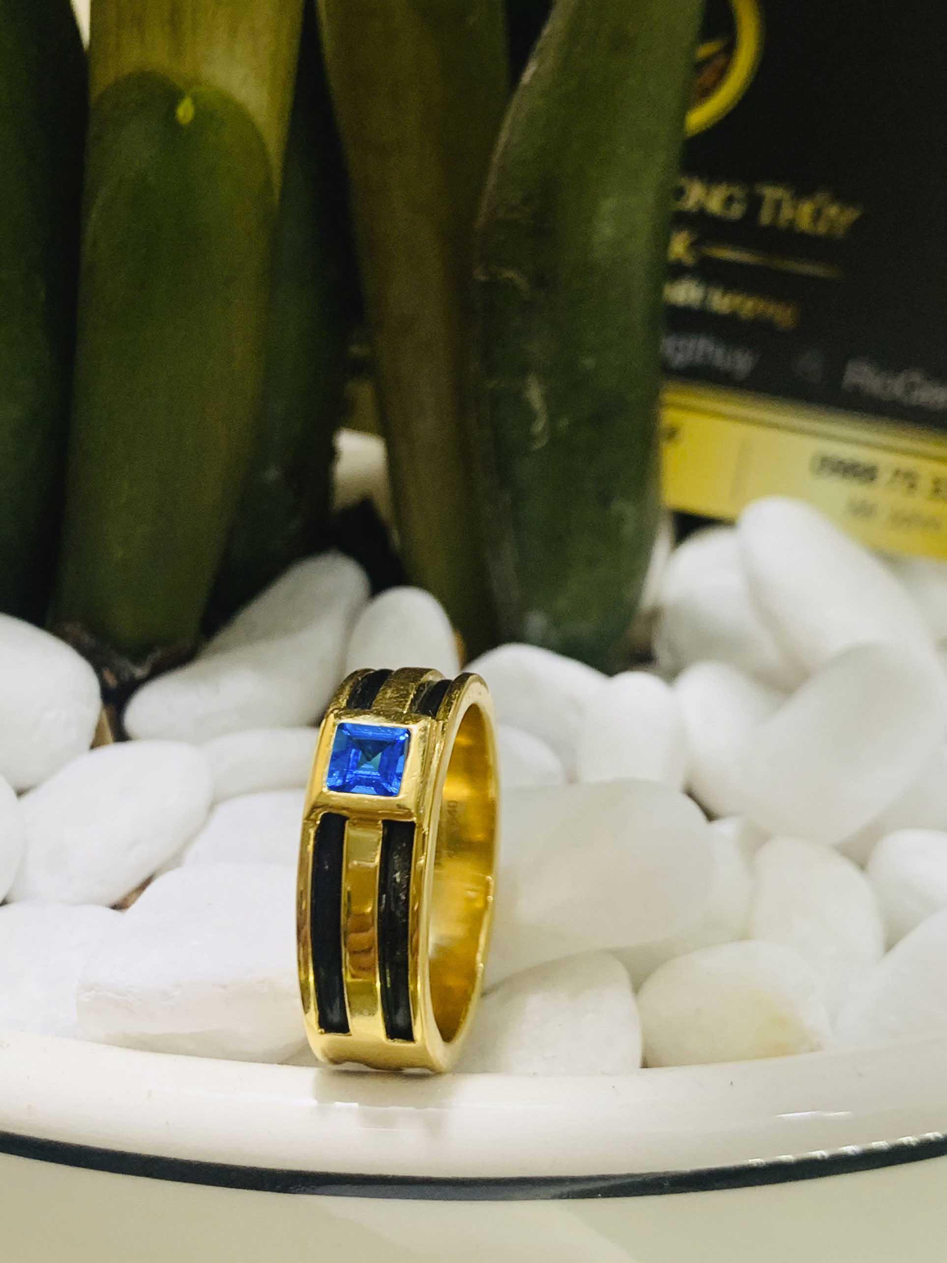 Nhẫn vàng nam mặt đá Topaz vuông xanh dương luồng 2 lông voi giá tốt