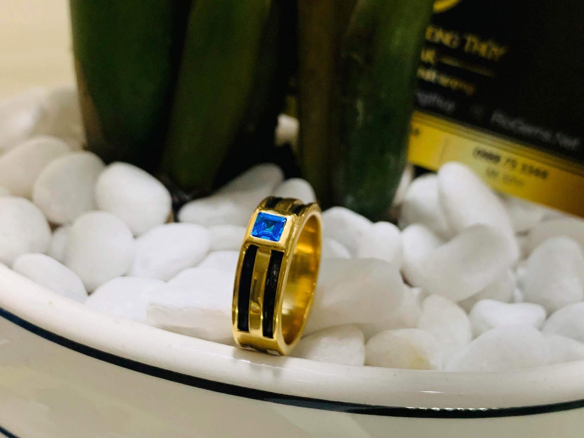 Nhẫn vàng nam mặt đá Topaz vuông xanh dương luồng 2 lông voi hợp mệnh