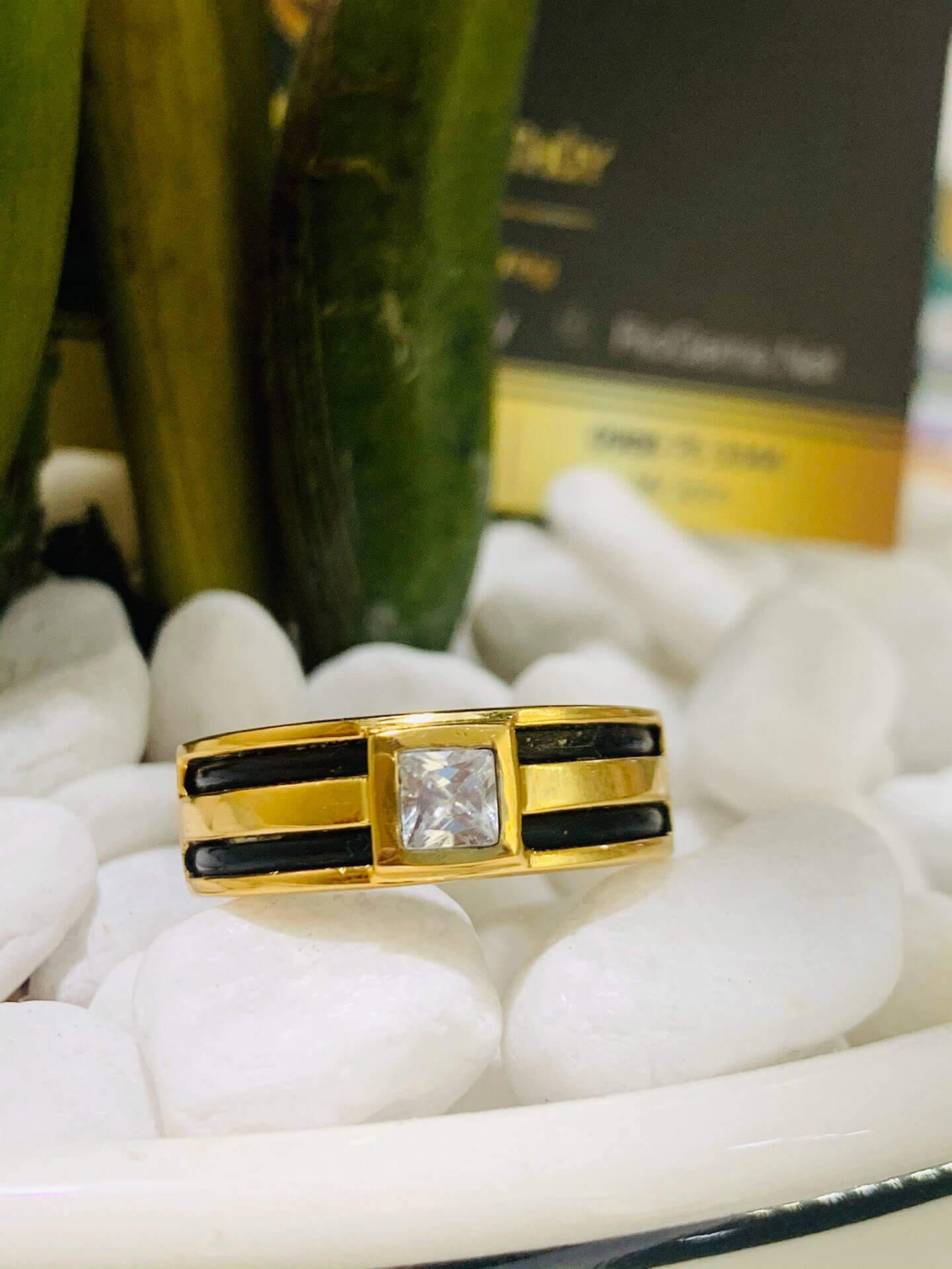Nhẫn vàng nam mặt đá vuông phù hợp với mệnh kim và thủy