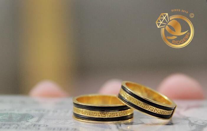 Cặp nhẫn vàng 18K chạy hoa văn tinh tế