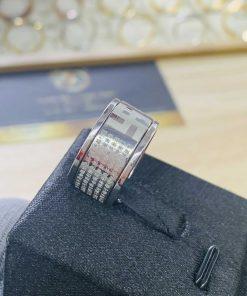 Nhẫn Bát Nhã Tâm Kinh vàng trắng 18K xoay 360 RIOGEMs được ví như thỏi nam châm giúp bạn thu hút mọi ánh nhìn