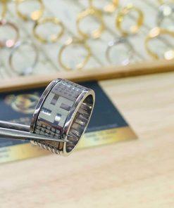 Các họa tiết trên nhẫn Bát Nhã Tâm Kinh vàng trắng 18K được RIOGEMs chạm trổ tỉ mẩn, tinh xảo