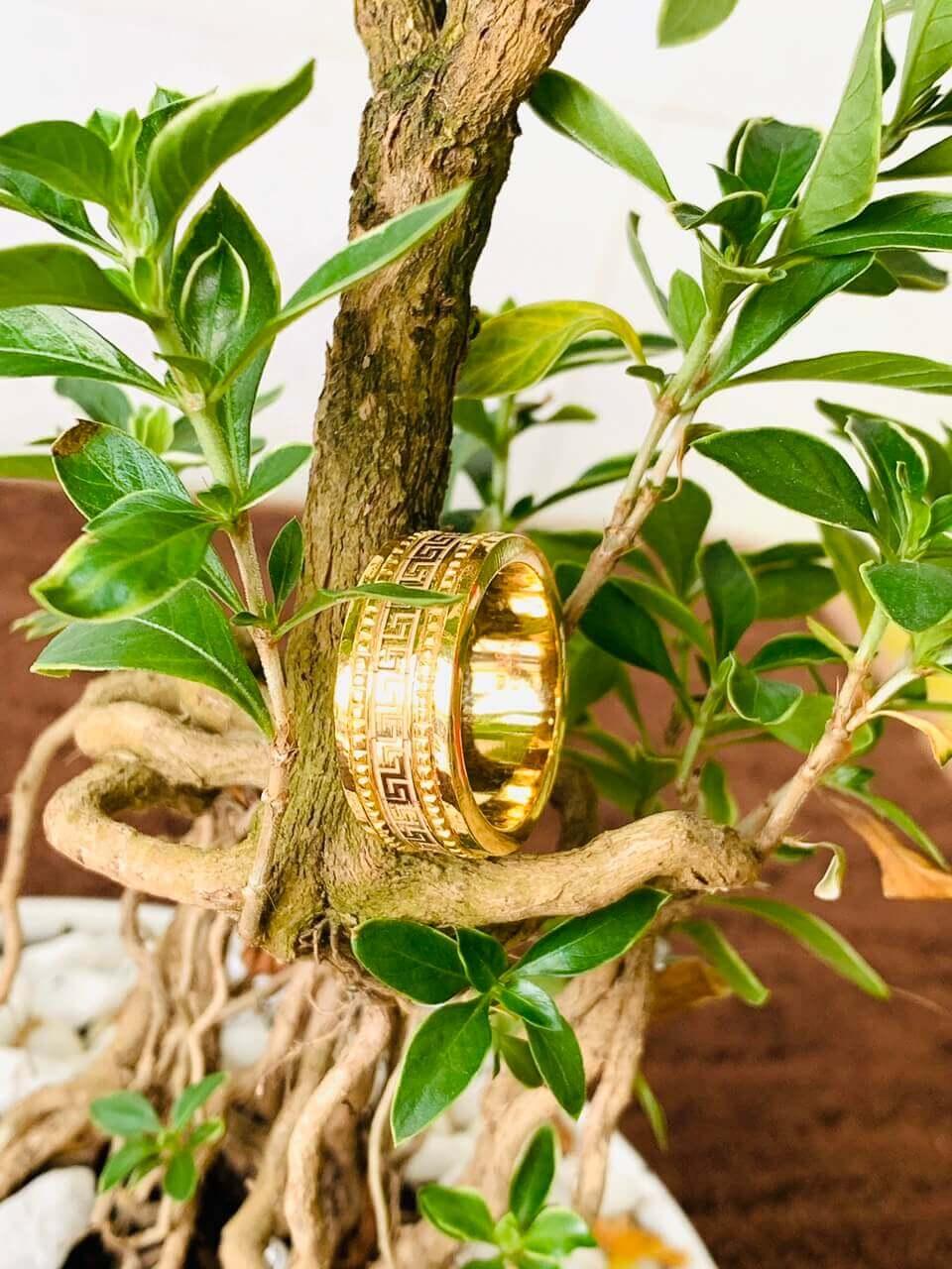 Thiết kế nhẫn cỡ dày phù hợp với ni tay nam, nữ và tăng thêm tài lộc cho người sở hữu