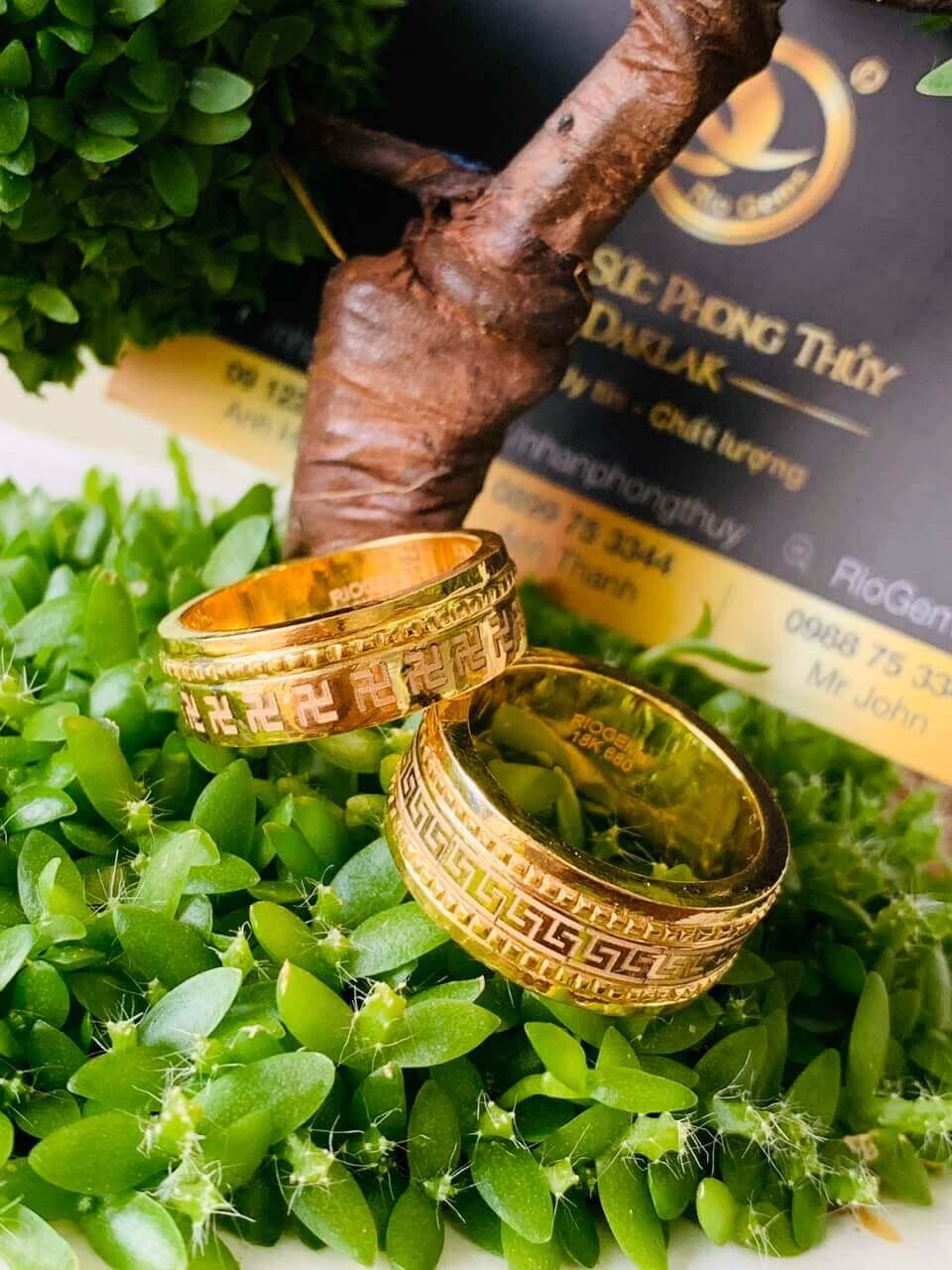 Cặp nhẫn hoa văn chữ VẠN 1 viền xoắn RIOGEMs đẹp bằng vàng
