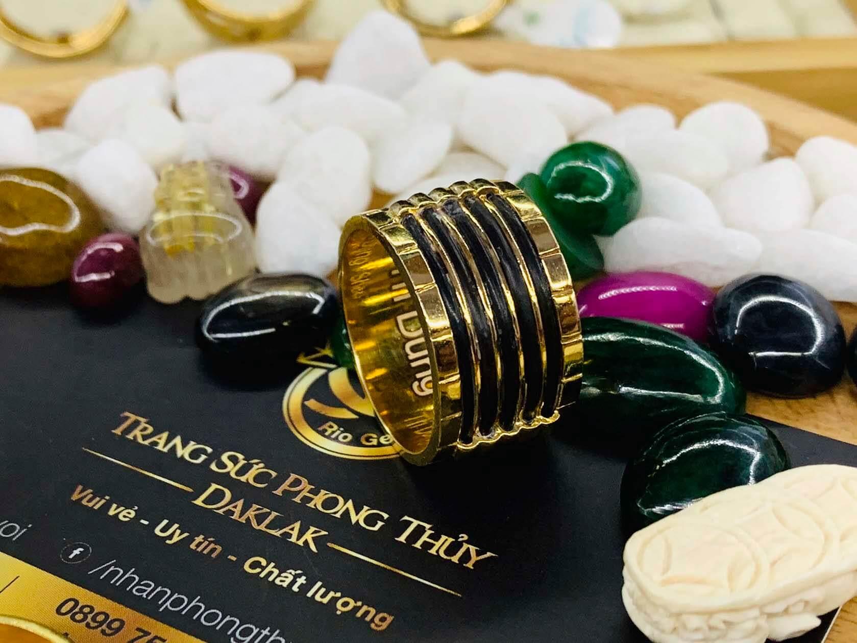 Nhẫn lông voi 5 sợi làm tay RIOGEMs được làm chất liệu vàng thật tôn lên sự sang trọng, đẳng cấp cho người đeo