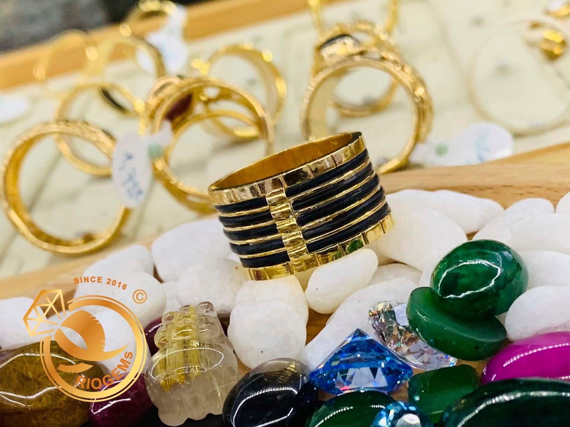 Với thiết dày dặn, độc đáo, nhẫn lông voi 5 sợi làm tay nhanh chóng chinh phục được trái tim mọi khách hàng Việt