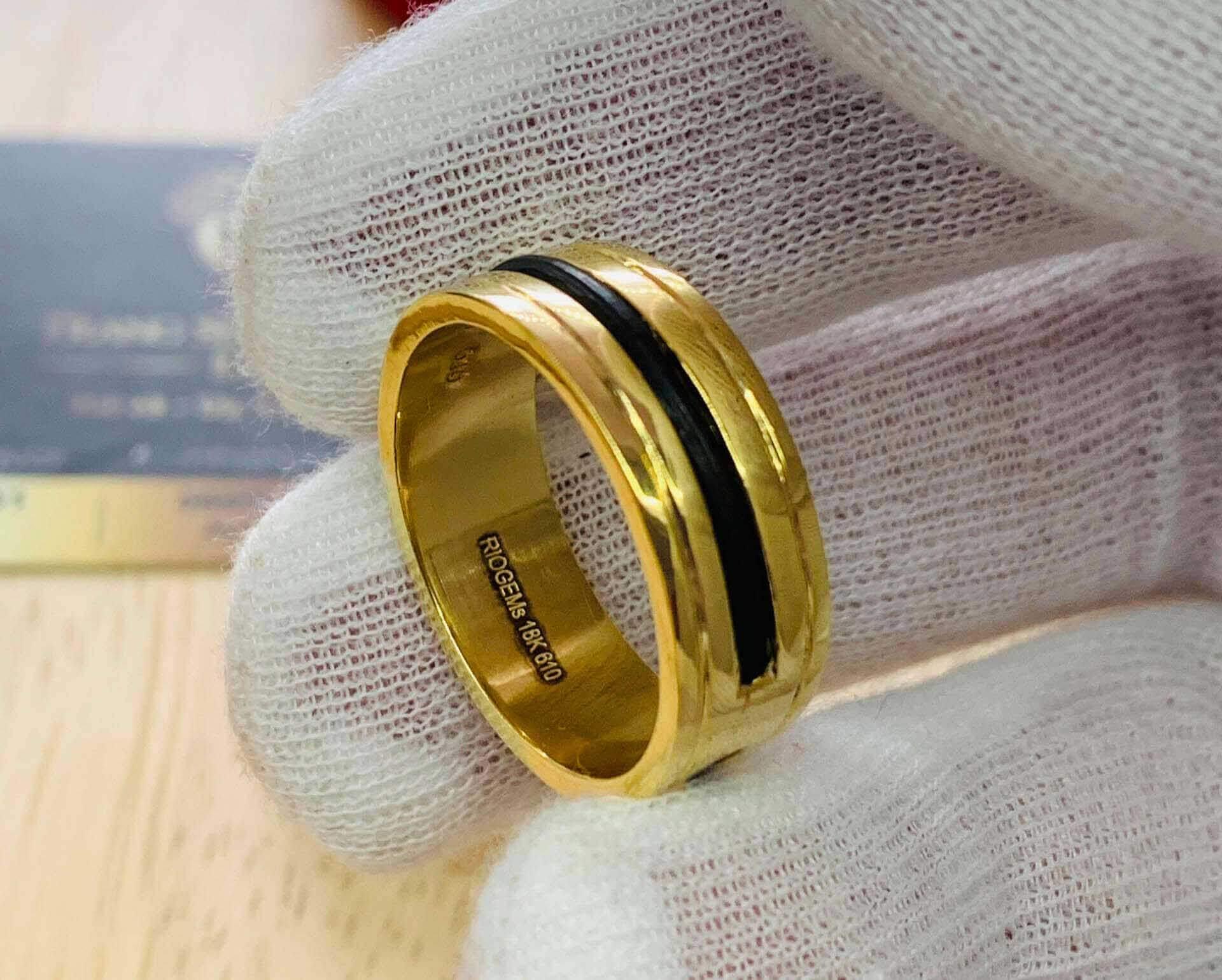 Nhẫn lông voi Nam làm tay 2 khía vàng RIOGEMs bảng 9li rất phù hợp ni tay của quý ông Việt