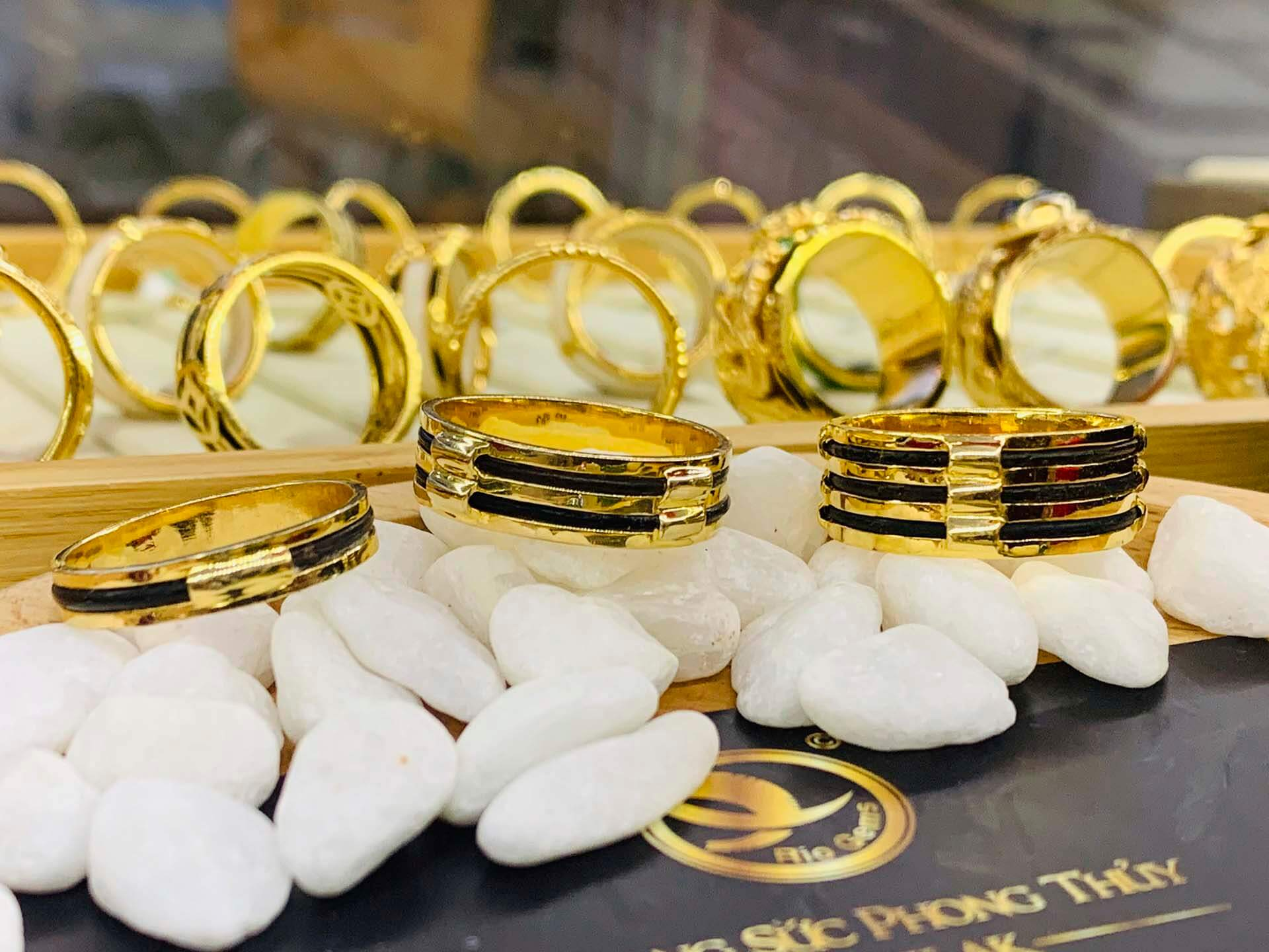 Nhẫn nam vàng 18K lông voi làm tay 3 sợi ngoài Riogems sở hữu thiết kế tinh tế đến từng centimet
