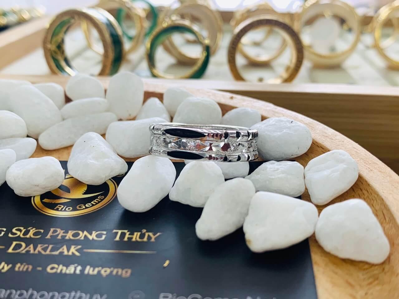 Nhẫn nam lông voi đính đá vàng trắng 18K - Món quà sang trọng dành cho phái mạnh