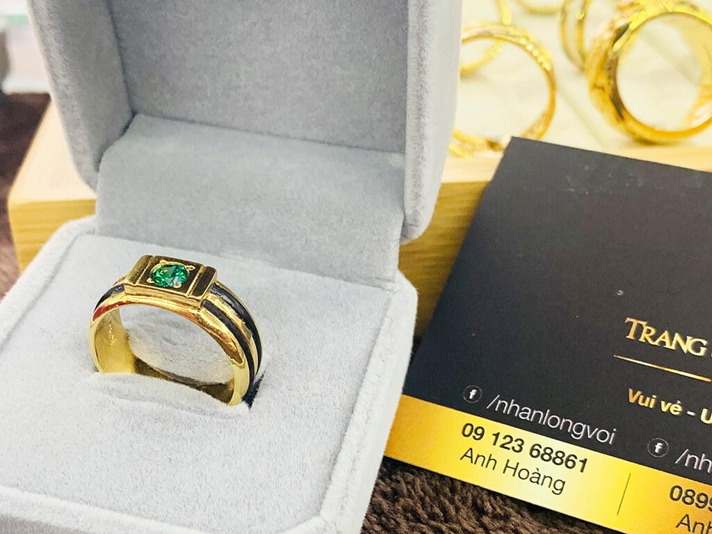 Nhẫn thỏi vàng 18K cho Nam đính Cz xanh lá luồng 2 lông FAKE may mắn