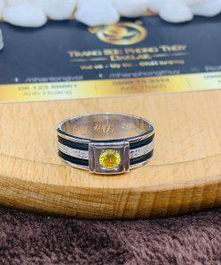 Đá Cz vàng được đính trên mặt nhẫn tạo nút xuyến cho toàn bộ thiết kế